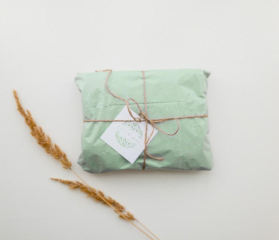 paquet cadeau kraft refermé à l'aide d'une ficelle