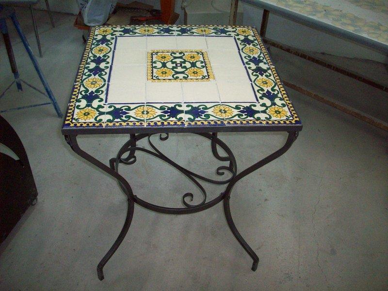 Tavolo con mattonelle decorato a mano terra d arte