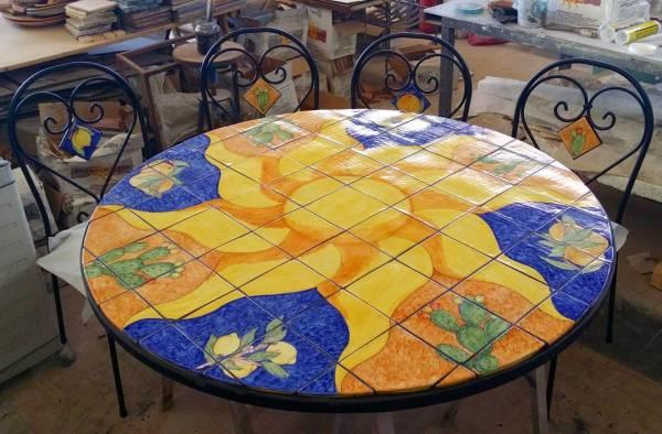 tavolo-in-ceramica-siciliana-decorata-a-mano- con-frutti-e-sole
