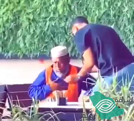 شاهد.. طبيب سعودي يفحص عامل نظافة أعياه التعب ويصطحبه للمستشفى.. ورد فعل مؤثر من العامل