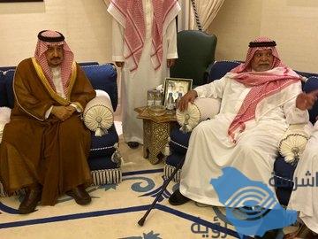 أمير الرياض يُقدم تعازيه لـ الأمير بندر بن سلطان في وفاة والدته.