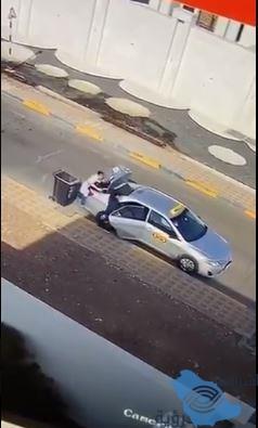 فيديو..خادمة تستخدم صندوق قمامة لتهريب مسروقات من منزل مكفولها وصديقتها تنتظرها بسيارة أجرة