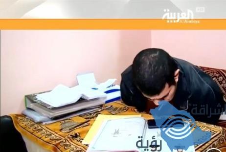 مأذون مصري من ذوي الإعاقة يكتب وثائق الزواج بفمه ويجيد الرسم وبرمجة الهواتف (فيديو)