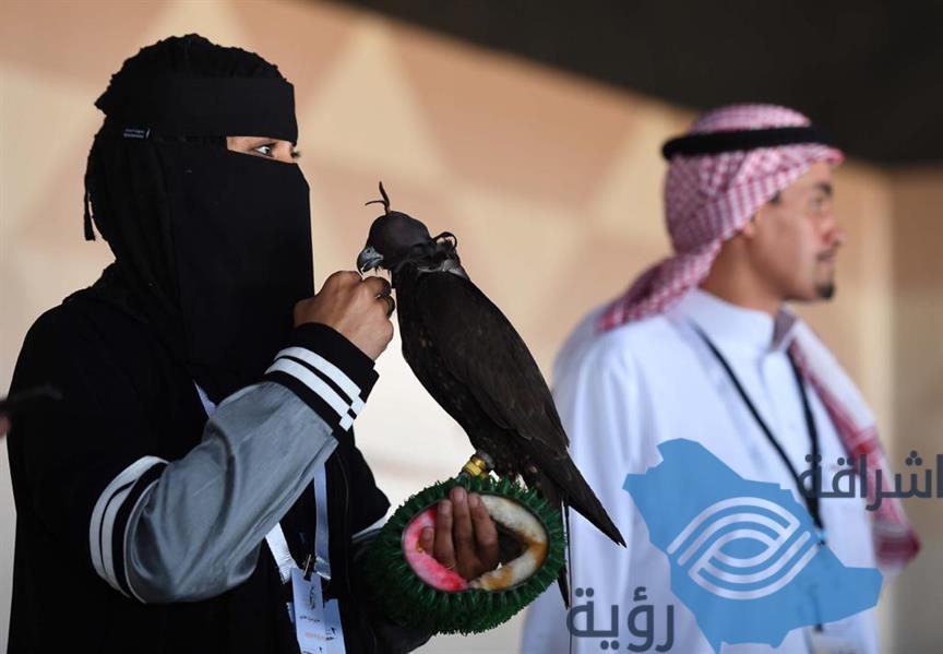 """""""عذاري الخالدي"""".. أول سعودية تشارك في مهرجان الملك عبدالعزيز للصقور"""