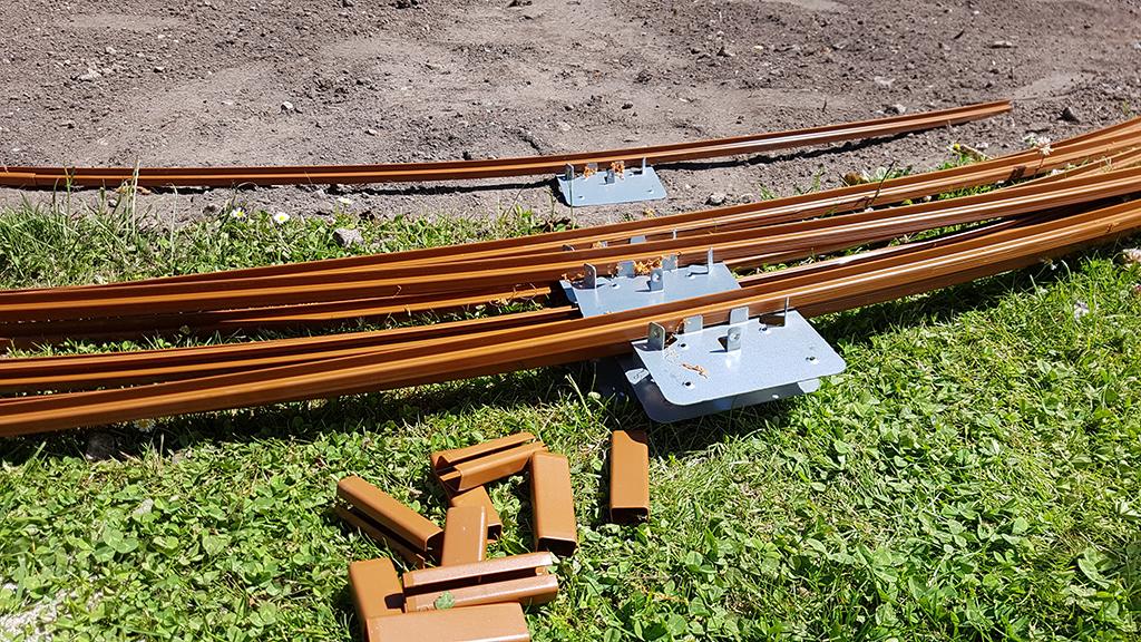 Bundskinne til stålpool