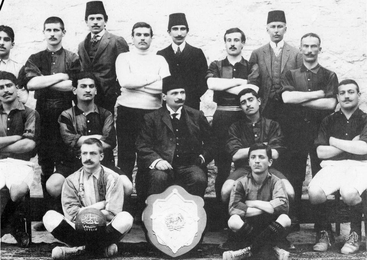 Galatasaray (futbol takımı) 1908-09 sezonu. Ahmet Robenson (Beyaz Tişörtlü)