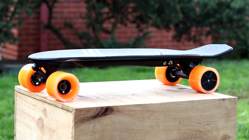 Feature image of the enSkate R3 Mini electric skateboard