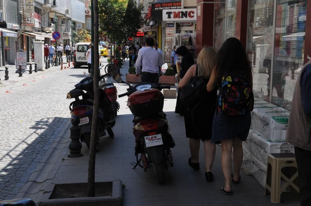 Duyarsız motosiklet sürücüleri kaldırımları işgal ediyor