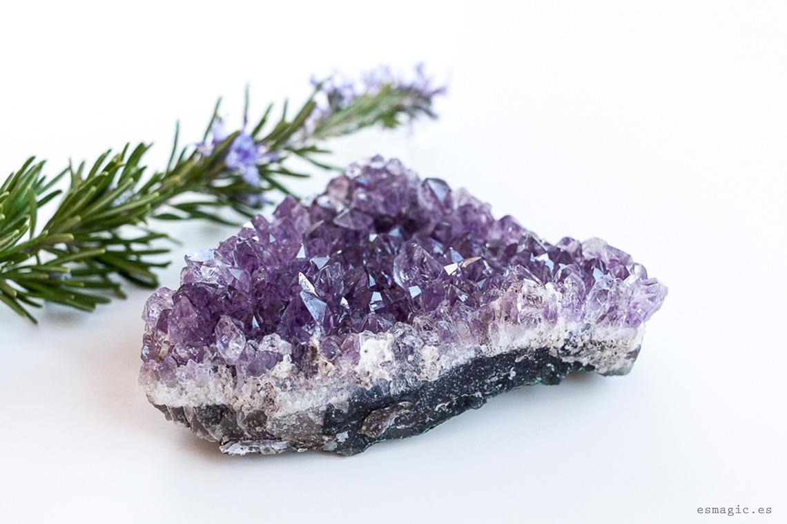 Imagen drusa amatista gemas cristales bienestar esmagic blog