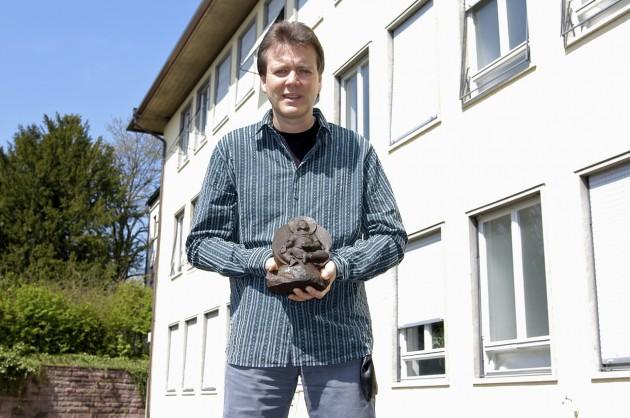 El geólogo Elmar Buchner sostiene la estatua, en una imagen enviada a 'Materia'