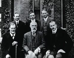 Pioneros de la psicología, en 1909. Delante, Sigmund Freud, G. Stanley Hall y Carl Jung. Atrás, Abraham A. Brill, Ernest Jones, Sándor Ferenczi