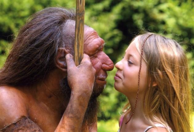 Una niña juega con una reconstrucción de un neandertal en un museo de Leipzig (Alemania).