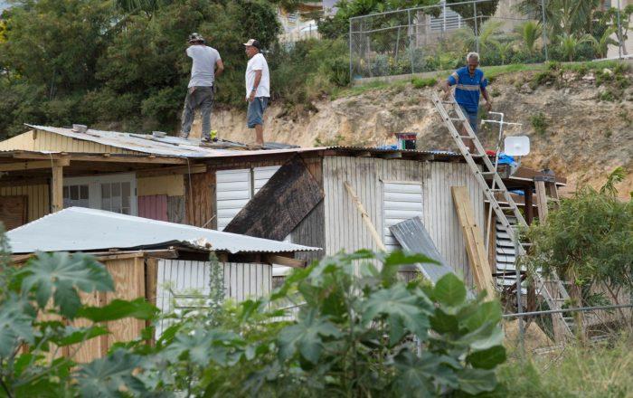 Gobernador anuncia $20 millones para remover techos azules