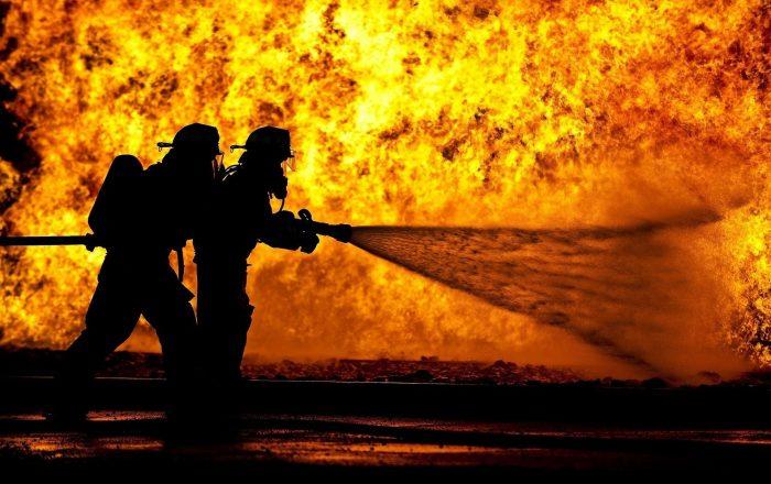 Fuego en taller de hojalatería afecta ocho autos