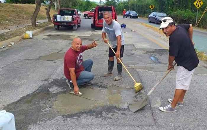 Vecinos de Guayanilla reparan hoyos de carretera
