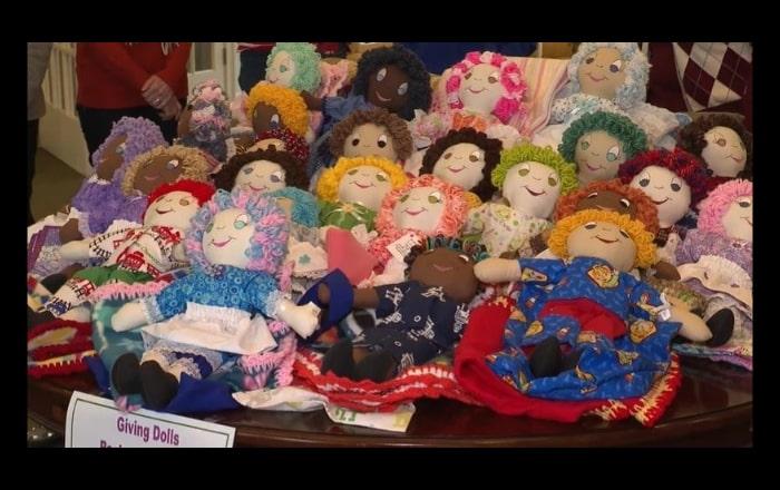 Mujeres en Oxford hacen muñecas para niñas boricuas afectadas por terremoto