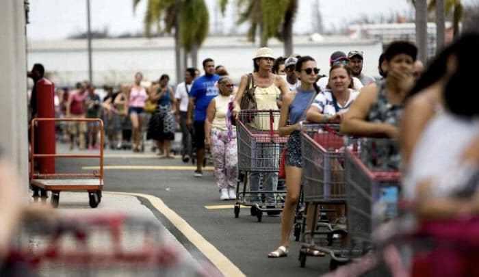 Amanecen abarrotados de consumidores los supermercados