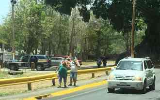 Varias personas acuden al cementerio de Juana Díaz.