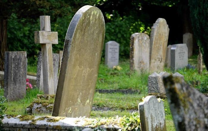 Mujer cae dentro de tumba en Cupey