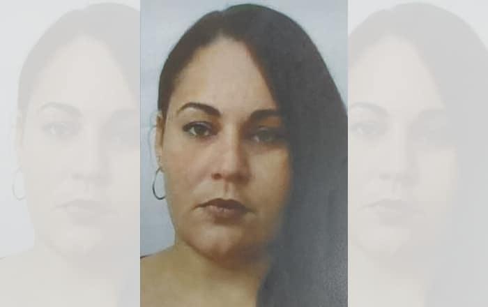 Causa para arrestar a mujer por apropiarse de dinero de septuagenaria