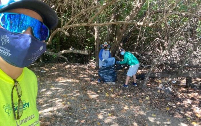 Salinas recoge 700 libras de desperdicios en sus costas