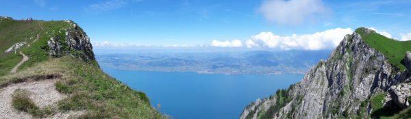 Depuis le Grammont vue sur le plateau Vaudois et Fribourgeois puis le lac Léman, premier plan ville de Vevey