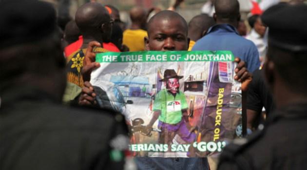 Protestas contra el presidente Goodluck Jonathan por la subida del precio del petróleo