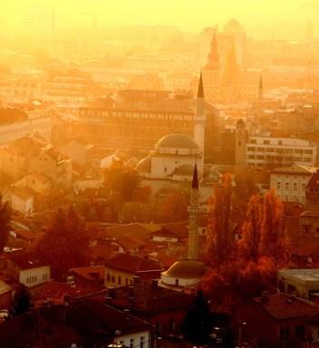 Skyline de Sarajevo al atardecer. Los minaretes de las mezquitas y las torres de las iglesias le dan forma al paisaje de esta ciudad.