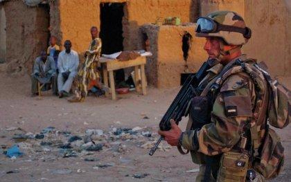 Un soldado francés patrulla las calles en la ciudad de Gao © REUTERS/ Francois Rihouay