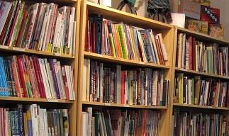 Biblioteca de Knitty City y mesa para clases