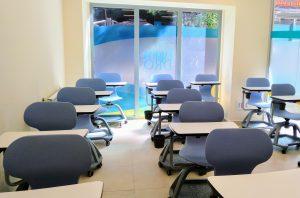 Aula de foramción con sillas colaborativas con capacidad para 18 personas