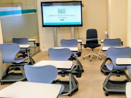 Aula formación con sillas colaborativas y de pala con pantalla digital