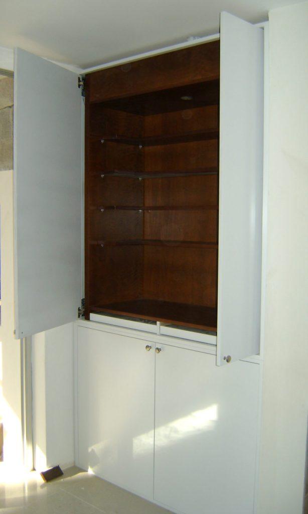 mueble cristalero en cedro y laca blanca, con puertas de embutir
