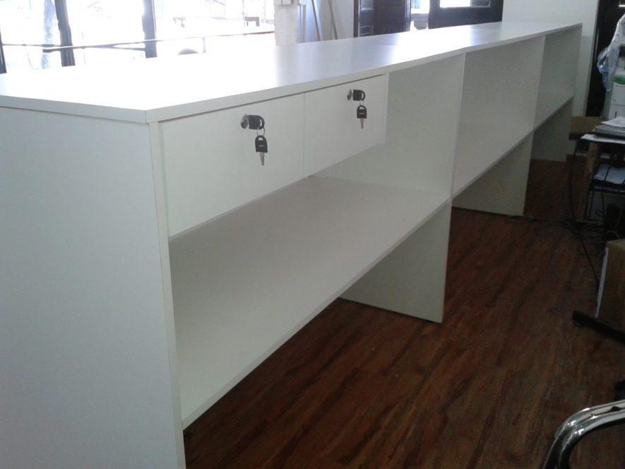 mostrador con estantes y cajones con cerradura