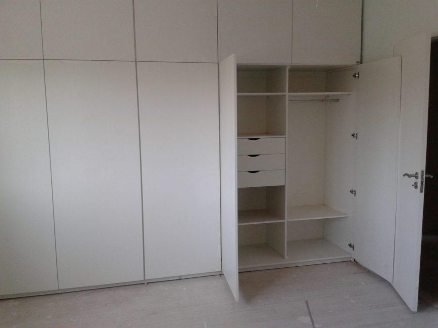 placard con perchero oval cromado, estantes y cajones