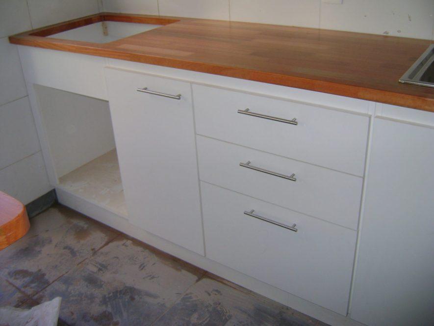 detalle de nicho para horno de empotrar, cajonera y mesada en madera maciza