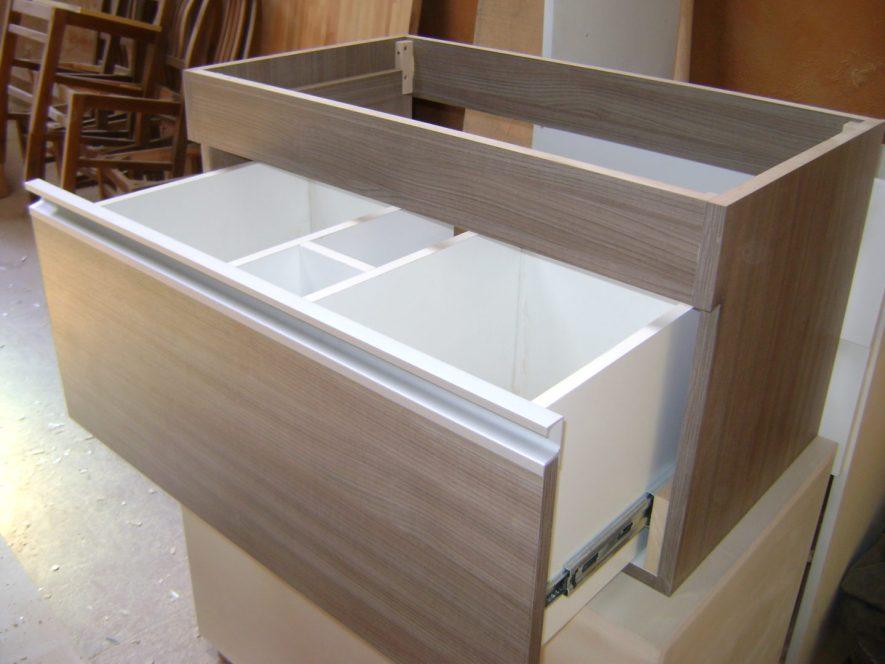 Mueble para baño con cajón con divisiones internas para sanitaria.