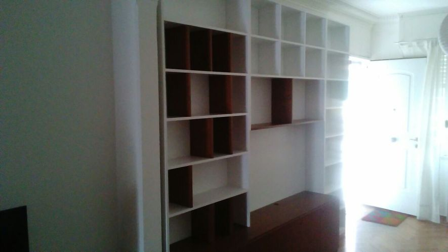 mueble con biblioteca en cedro lustrado y laca blanca
