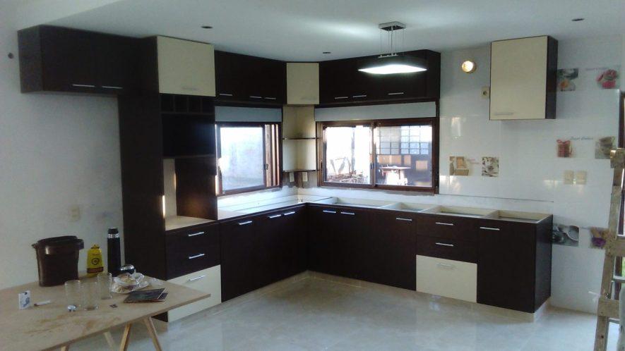 muebles de cocina con torre para horno de empotrar y nicho para micro con puerta proyectante