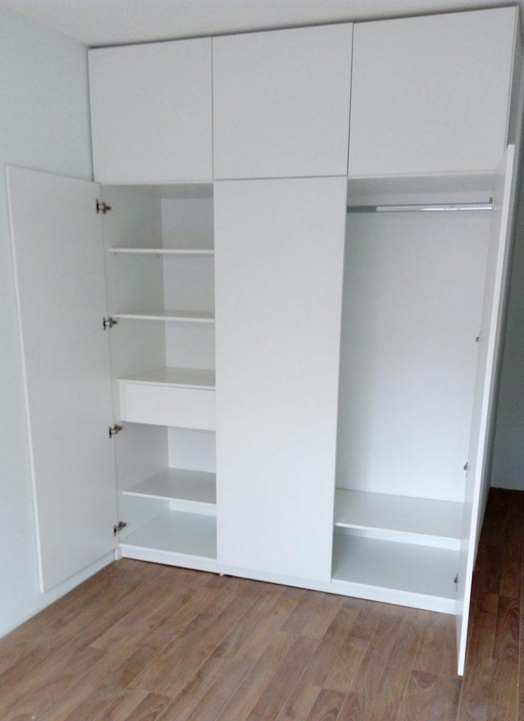 placard melamínico blanco estantes, cajones y perchero