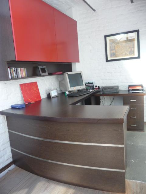 escritorio curvo melamínico wengue con aluminio y aéreo rojo