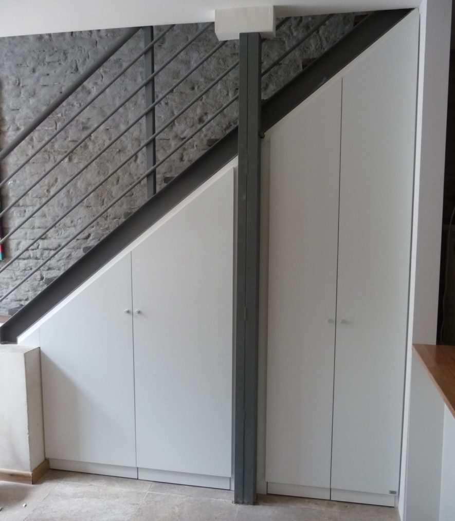 placard bajo escalera en melamínico blanco