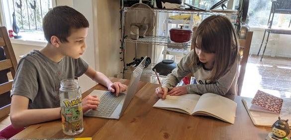 chicos estudiando1