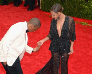 Jay Z Stages Mock Proposal To Beyonce On Met Gala Red Carpet 2014
