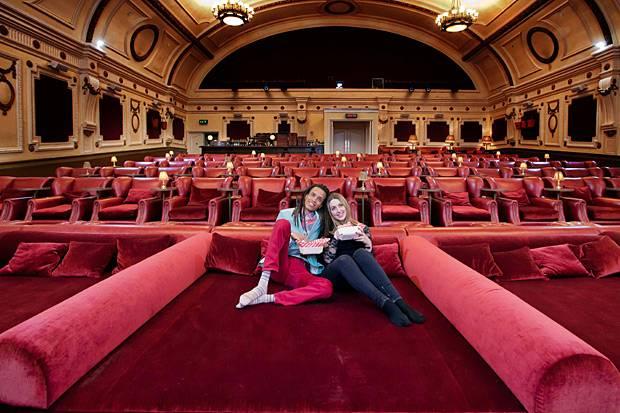 Eletric Cinema Double Beds