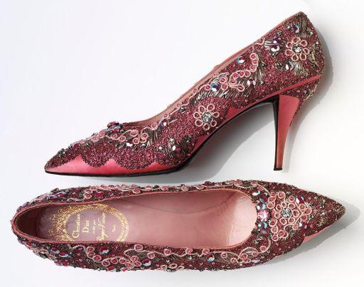 Sapatos de noite com cercadura seda e couro da Dior. França, 1958.