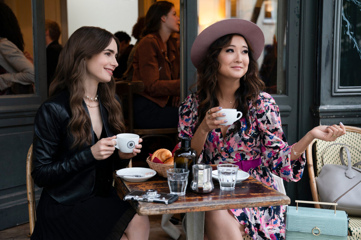 Ashley Park e Lily Collins em Emily in Paris