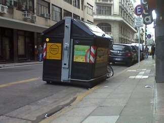 Contenedores de basura dispuestos por el Gobierno de la Ciudad de Buenos Aires