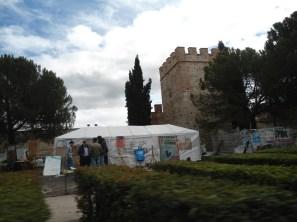 Protestando frente a la muralla que divide todo lo que fue...