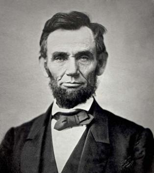 El Décimo Sexto Presidente de los Estados Unidos elaboro La Proclamación de Emancipacion y un instrumento en el paso de la 14a enmienda a la Constitución de los Estados Unidos, en esencia para finalizar la institución de 250 años de esclavitud en E.E.U.U.